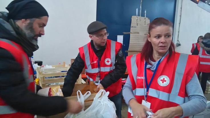 We Help Refugees beim Verteilen von Hilfsgütern in Slavonski Brod