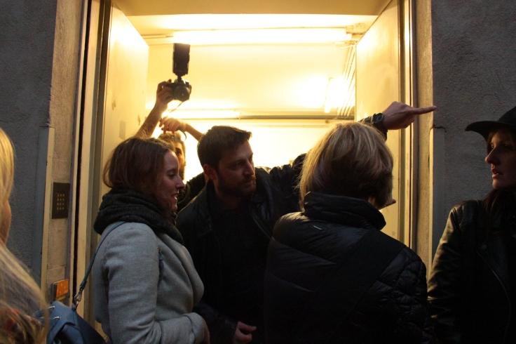 Zwei Besucherinnen werden beim Haupteingang abgewiesen.