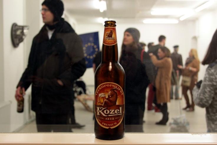 Irgendwie auch passend: Eine Ausstellung namens BALKANIZATION in Wien mit internationalem Publikum, ausgeschenkt wird tschechisches Bier.