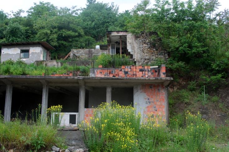 Ein zerschossenes Haus in Višegrad in Bosnien, in der Nähe der serbischen Grenze. Das Obergeschoss wurde offensichtlich seit dem Krieg nicht mehr benutzt.