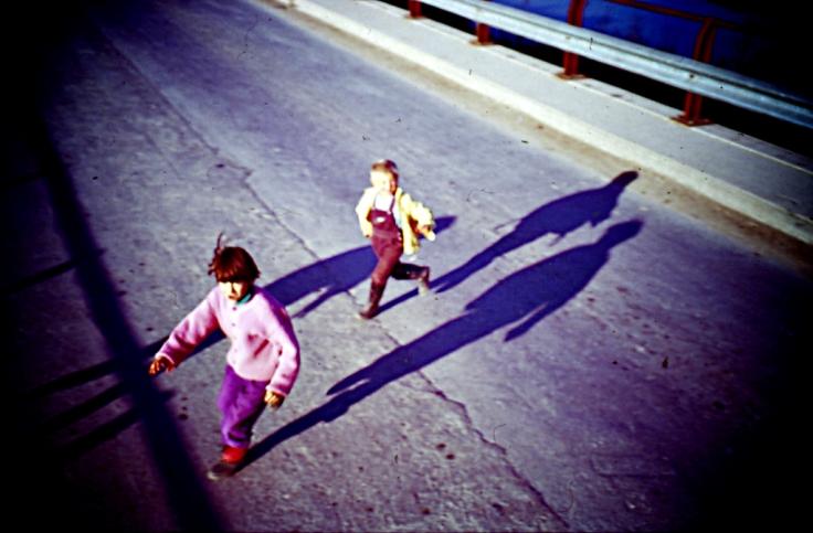 Auch solche Bilder gibt es. Diese Kinder laufen über die Straße, um Süßigkeiten von den Leuten eines UN-Konvois auf dem Weg nach Tuzla zu erbitten. Aufgenommen 1995. Foto: Torbein Rønning, CC-License CC BY-NC-ND 2.0